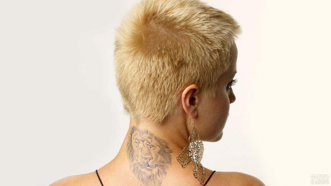 Блондинка с татуировкой на шее