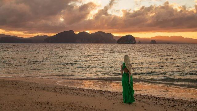 Блондинка в зелёном платье на закате