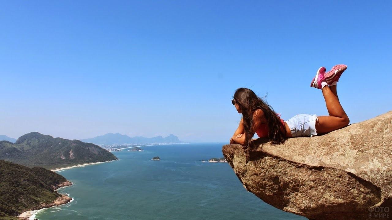 Девушка лежит на скале