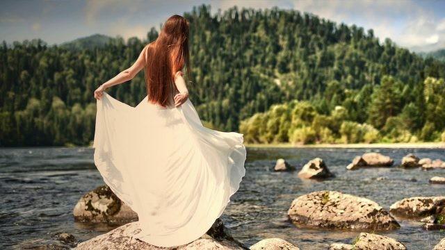 Девушка на озере в платье