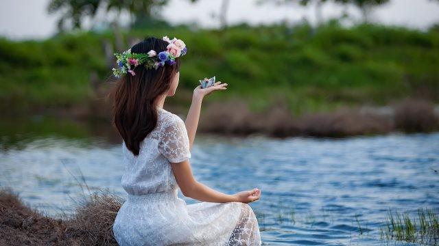 Девушка с бумажным корабликом у воды