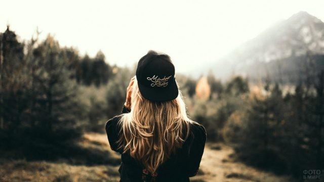 Девушка с кепкой на голове