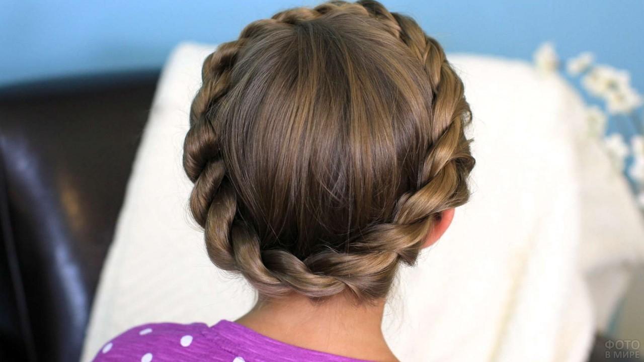 Девушка с косой вокруг головы