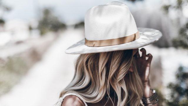 Девушка в белой шляпе