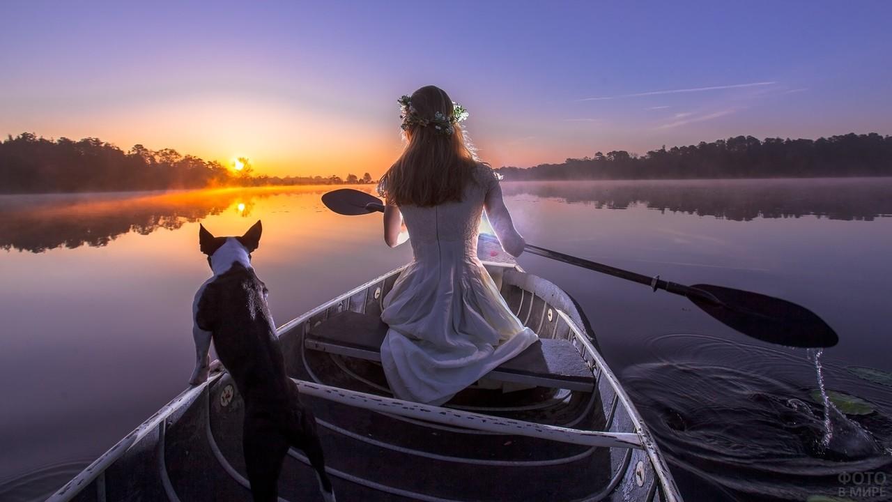 Девушка в лодке с собакой