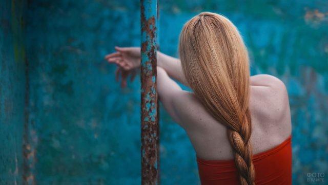 Рыжая девушка с длинной косой