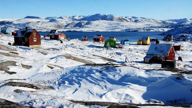 Гренландская деревушка на берегу Северного Ледовитого океана
