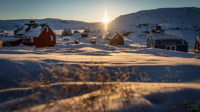 Искрящийся в лучах солнца весенний снег