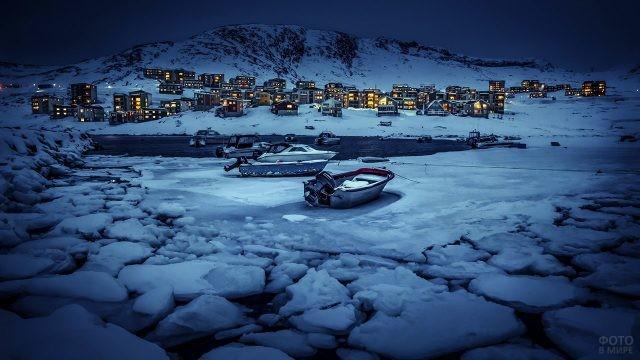 Лодки в зимних льдах