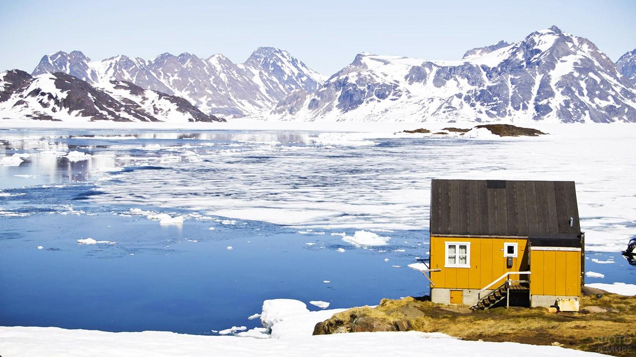 Одиночно стоящий домик в посёлке Кулусук