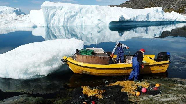 Рыбаки распутывают сети