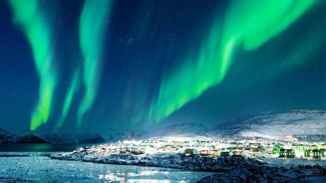 Северное сияние над заснеженной Гренландией