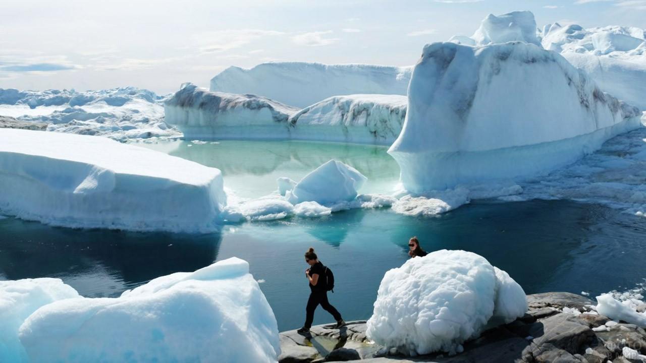 Туристки среди ледников фьорда Илулиссат-Исфьорд