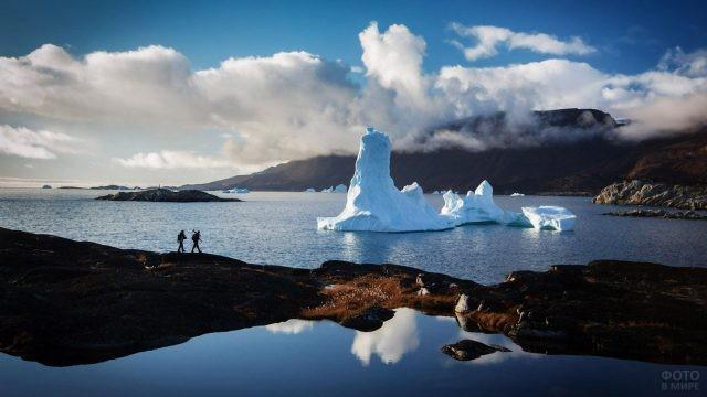 Туристы в мировой столице айсбергов - Гренландии