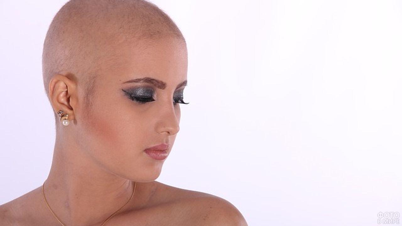 Голова девушки без волос