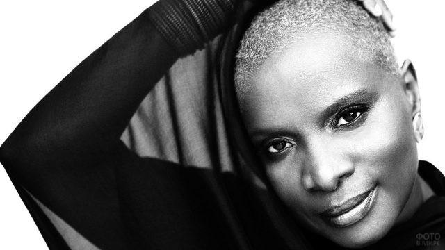 Лысая негритянка на чёрно-белом фоне