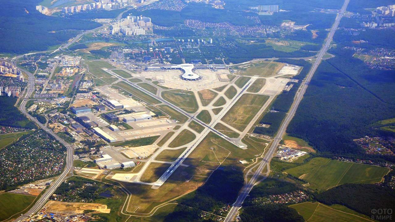 Аэропанорама взлётно-посадочных полос и зданий аэропорта Внуково