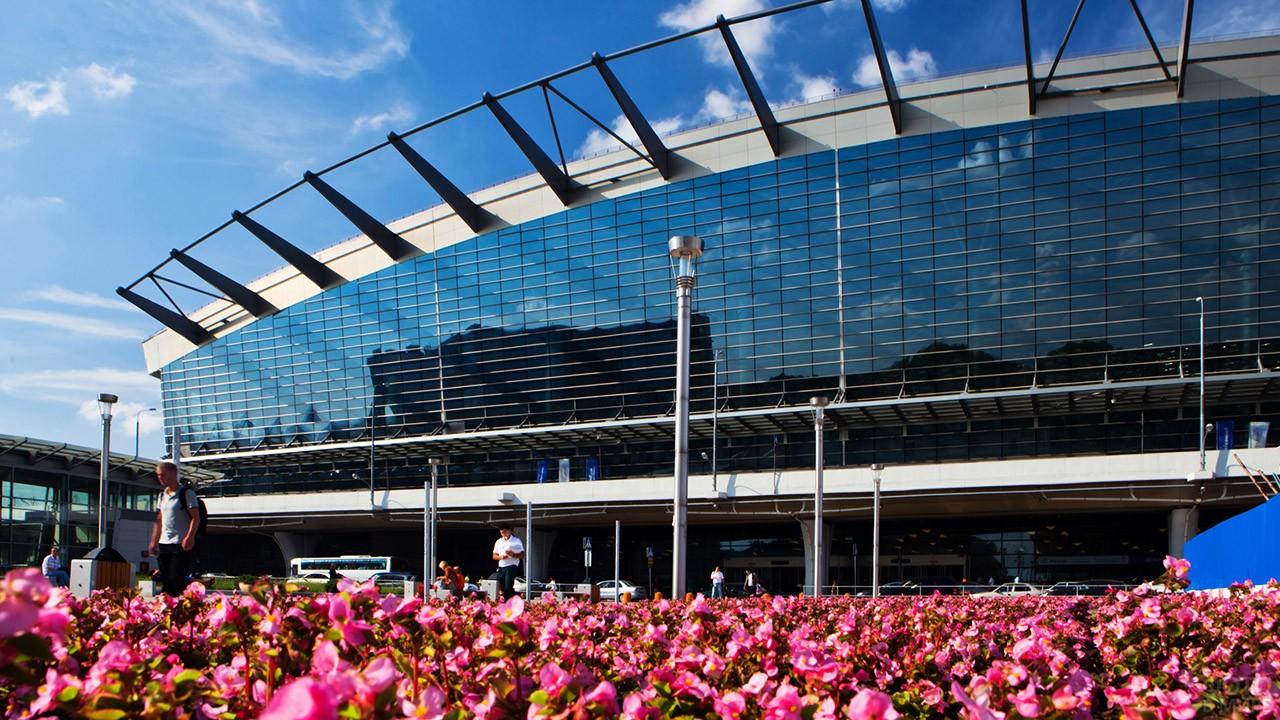 Цветущая клумба перед входом в аэровокзал