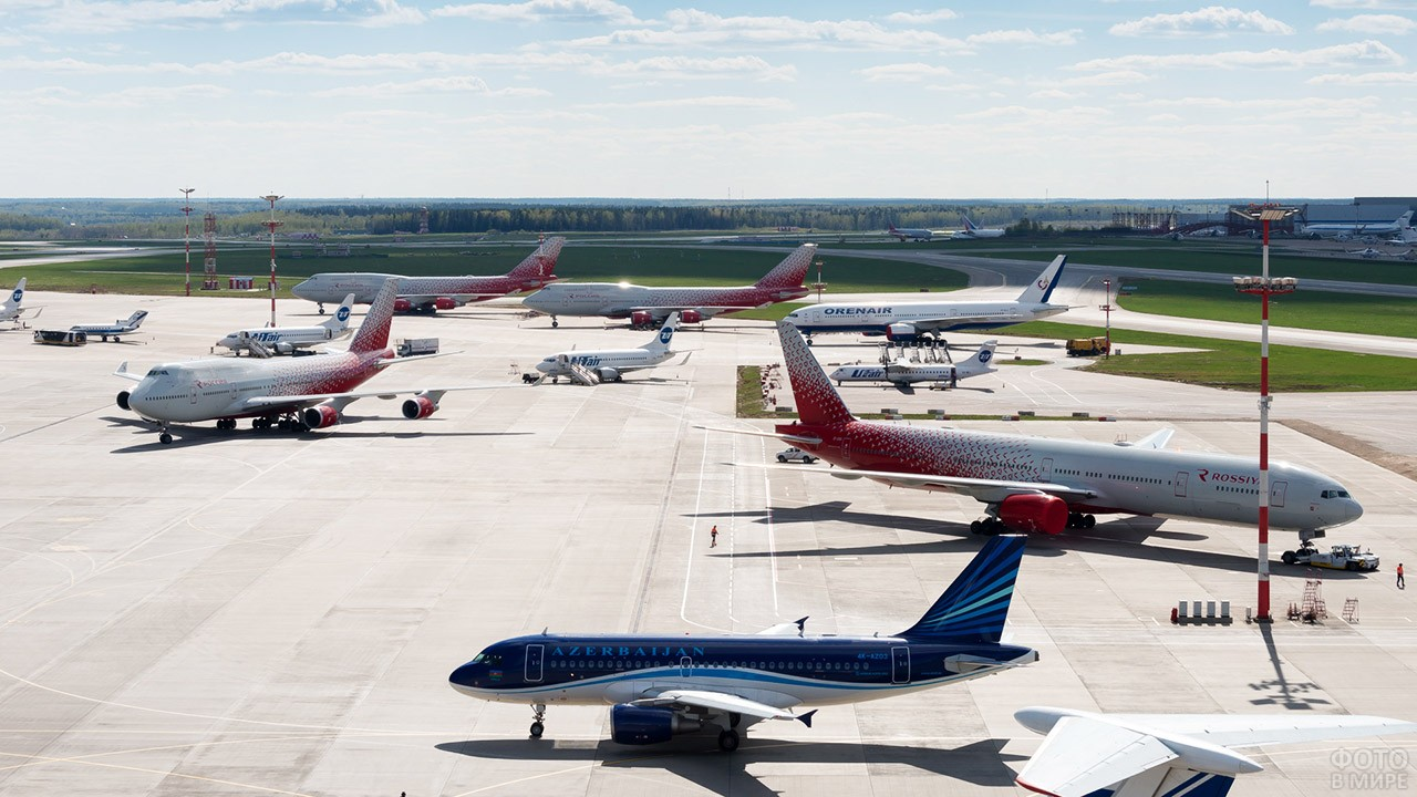 Пассажирские самолёты на перроне в солнечный день