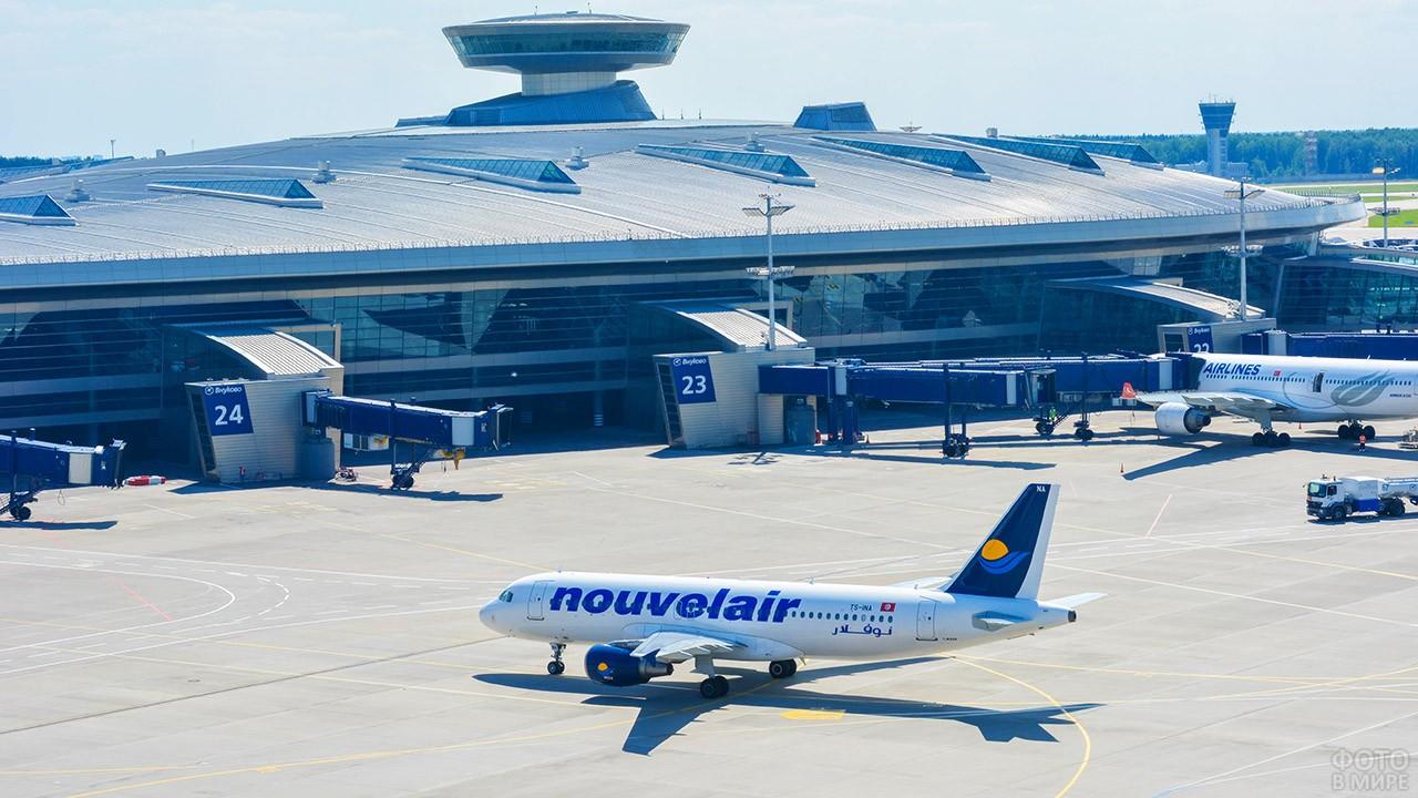 Пассажирский самолёт под окнами аэровокзала