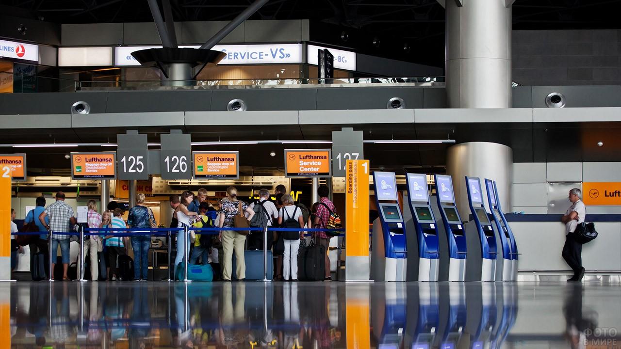 Пассажиры в очереди к стойкам регистрации
