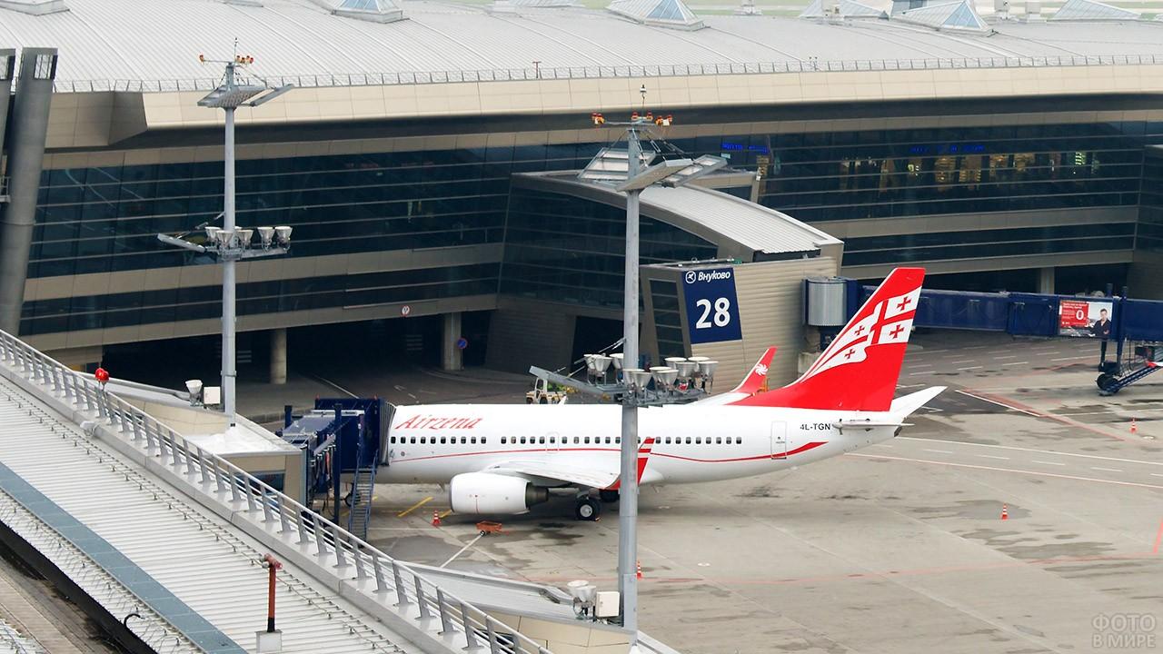 Посадка с телетрапа на пассажирский самолёт