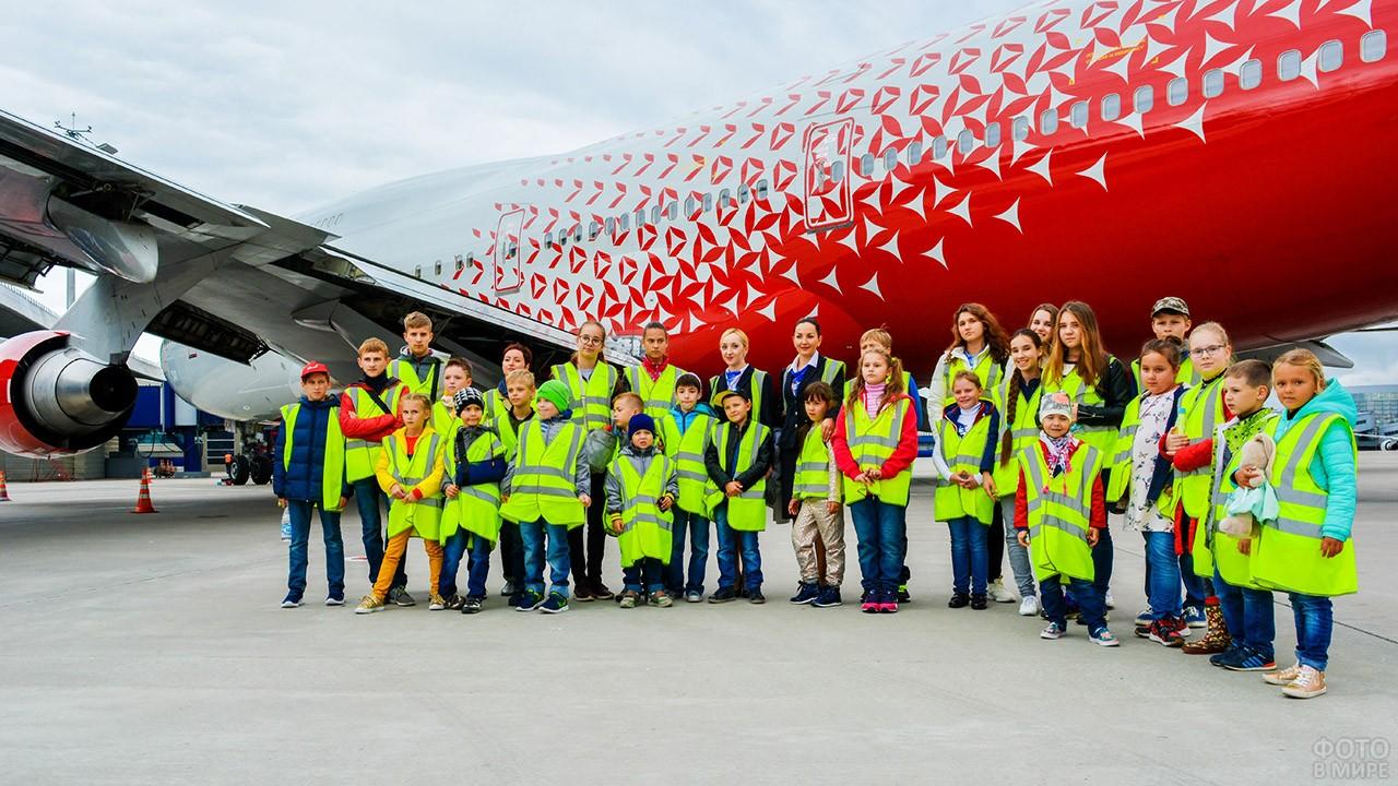 Школьники во время экскурсии по аэропорту Внуково