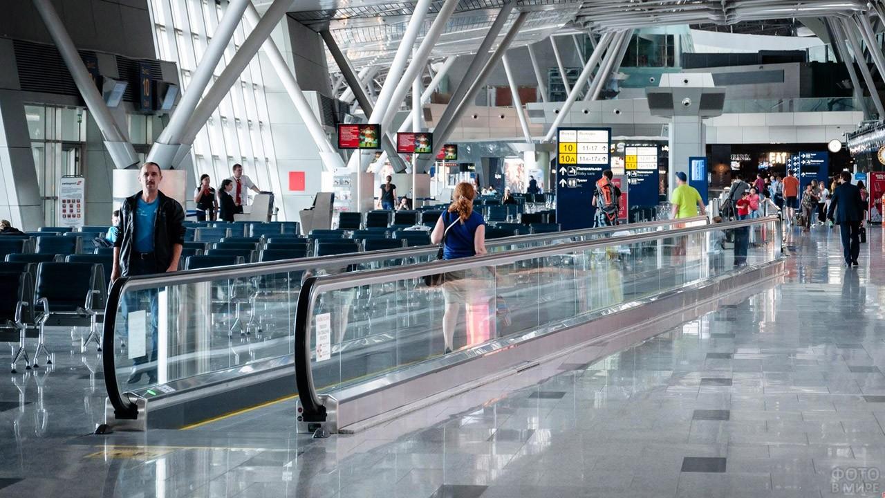 Туристы в зале ожидания