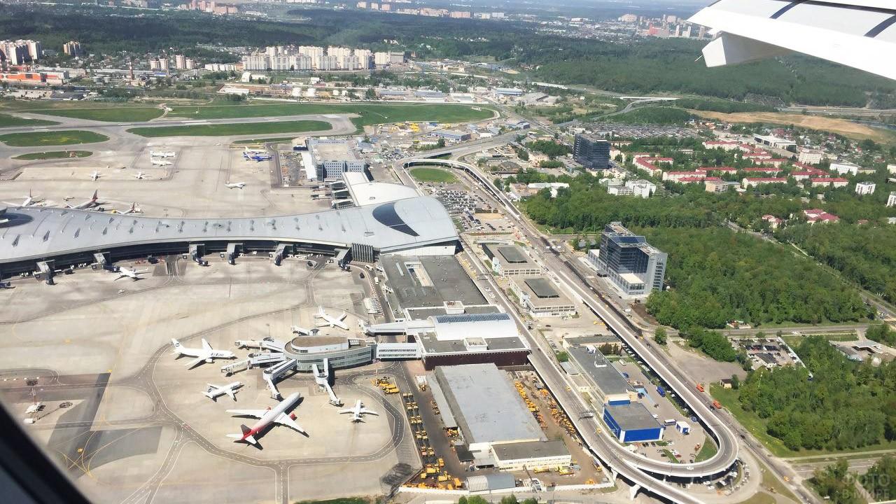 Вид из иллюминатора взлетающего самолёта