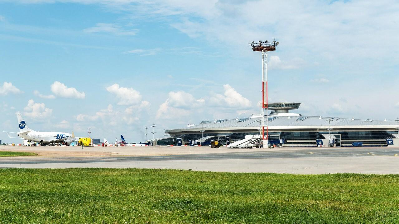 Вид на пассажирский терминал с лётного поля