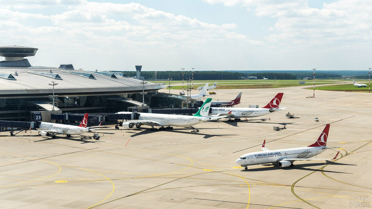 Вид с крыши на самолёты у пассажирского терминала