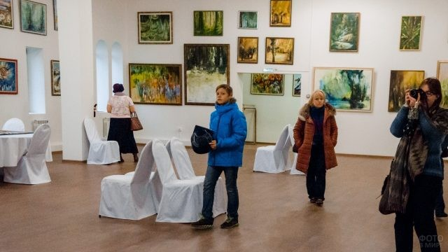 Посетители в Арт-галерее