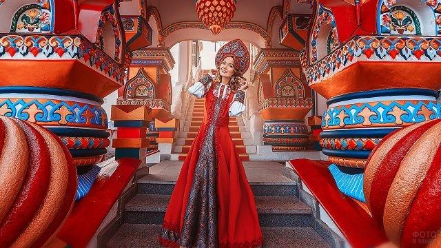 Русская красавица на ступенях терема