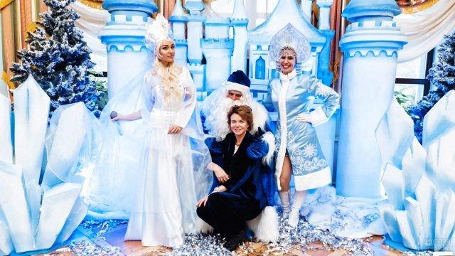 Артисты и зрительница новогоднего шоу Снежная королева