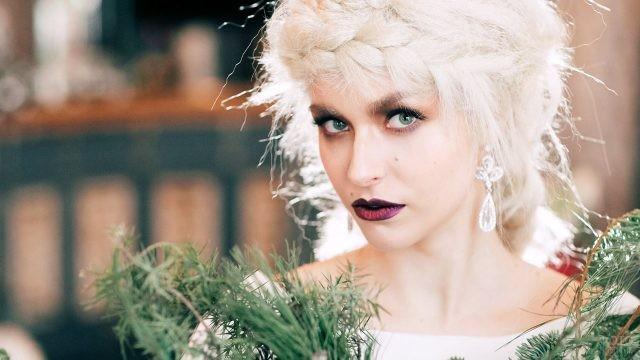 Блондинка с пурпурными губами