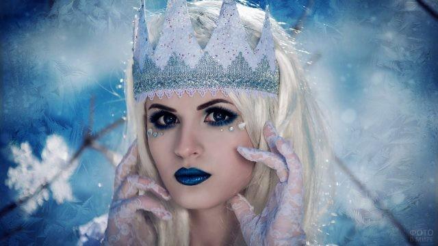 Блондинка с синими губами
