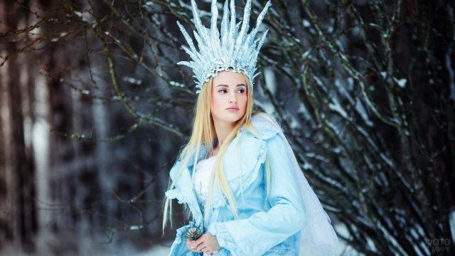Блондинка в голубом одеянии и короне