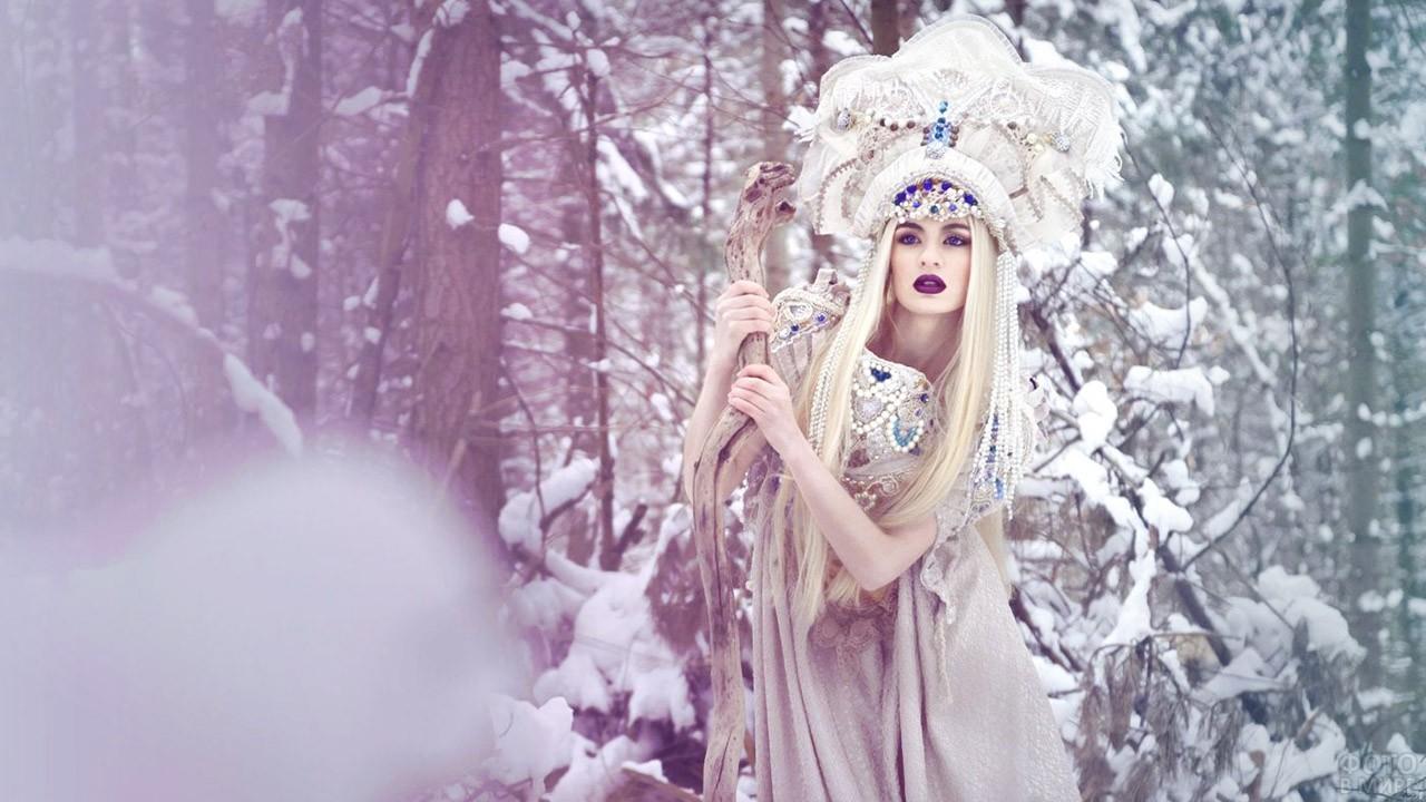 Блондинка в кокошнике в зимнем лесу