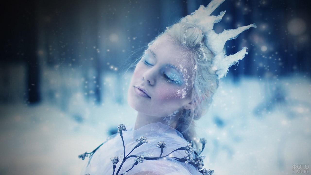 Блондинка в зимнем лесу
