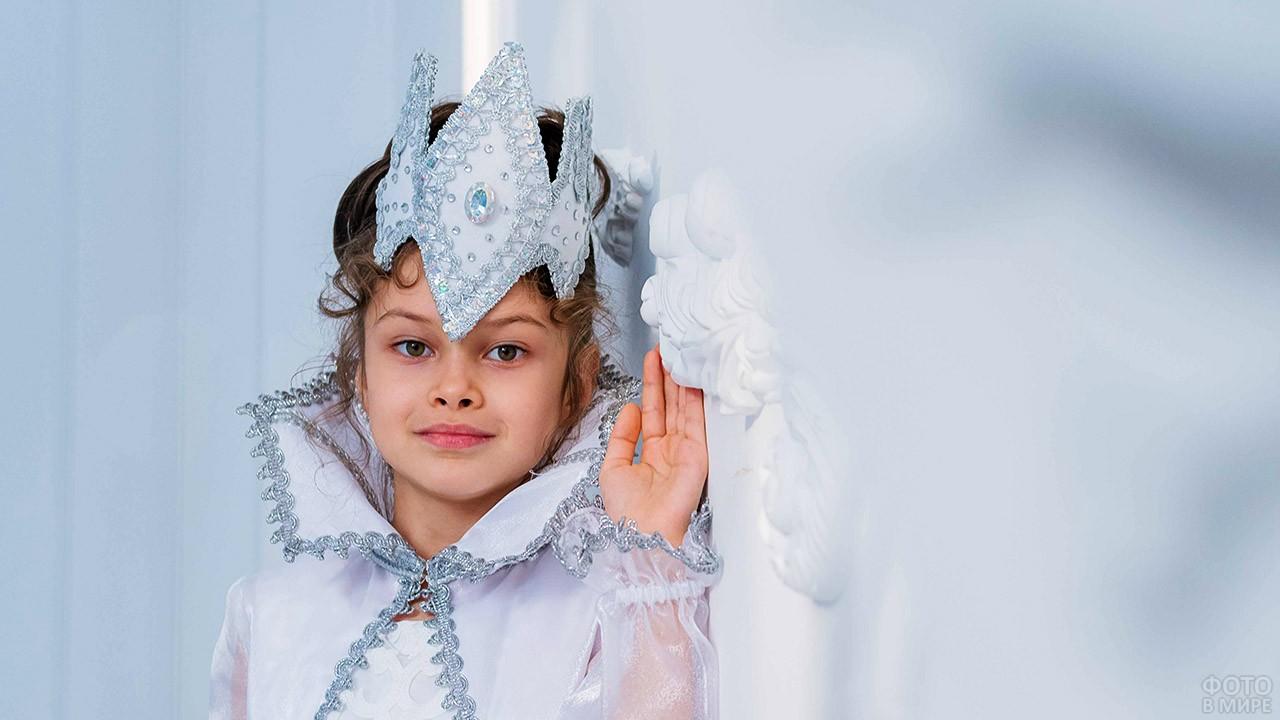 Девочка в наряде Снежной королевы