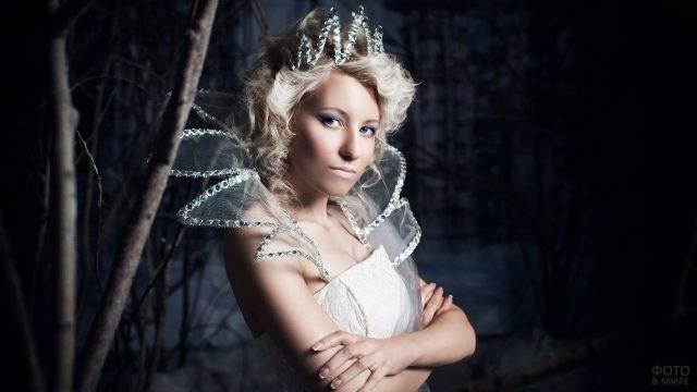 Девушка в зубчатом воротнике и короне в тёмном лесу