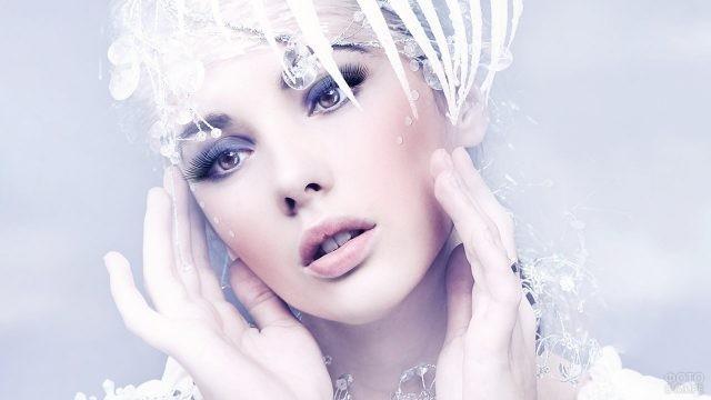 Юная модель в образе Снежной королевы