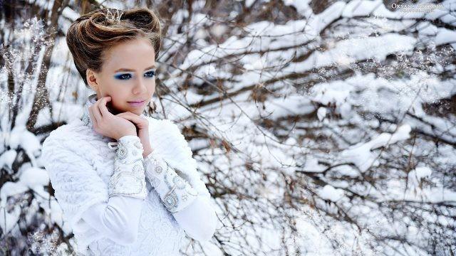 Миловидная барышня в зимнем лесу