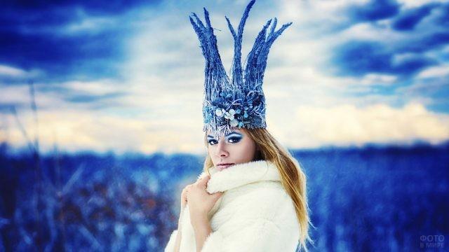 Модель в белой шубке и сказочной короне