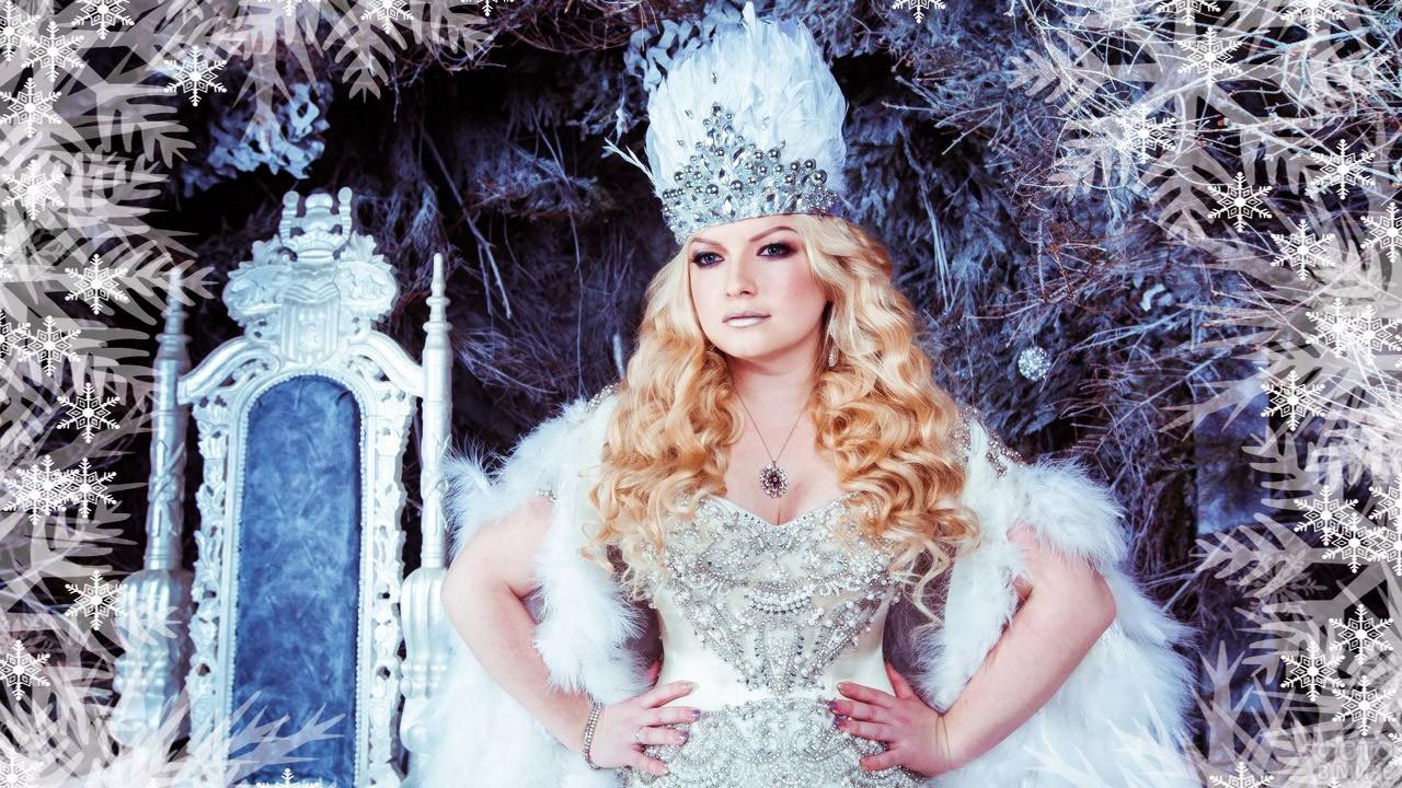 Пышногрудая красавица в белом наряде с короной