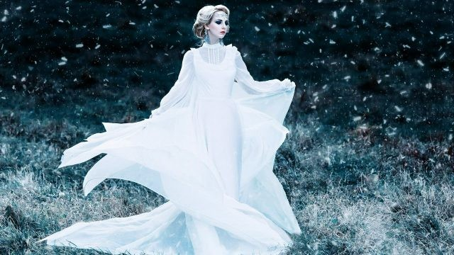 Развевающееся белое платье и вьюга