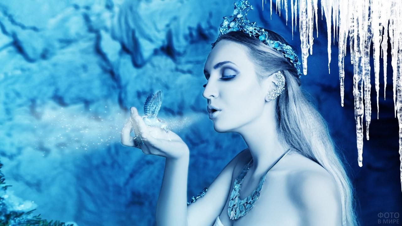 Снежная королева замораживает птичку ледяным дыханием