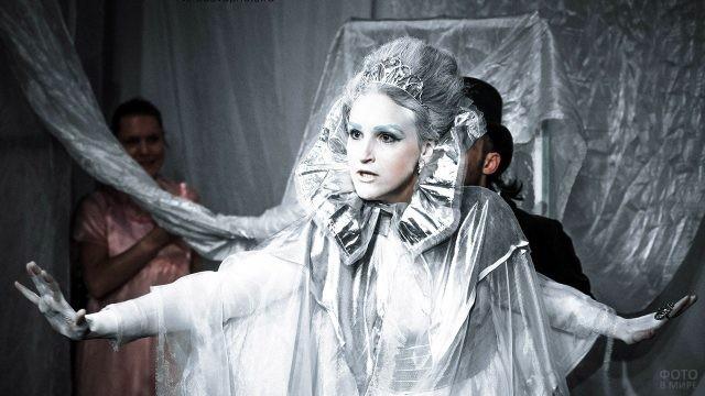 Театральная актриса в костюме Снежной королевы