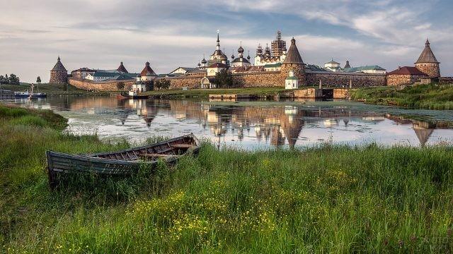 Лодка напротив стен Соловецкого монастыря