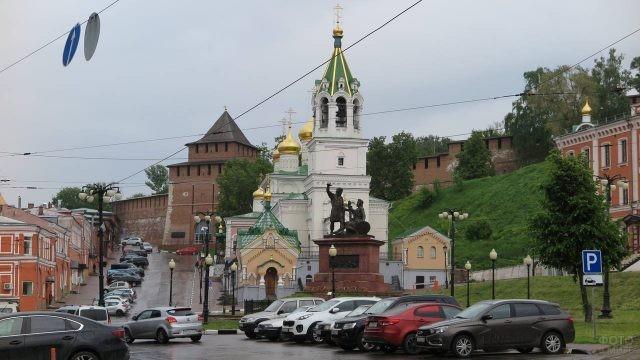 Памятник Минину и Пожарскому у стен Кремля